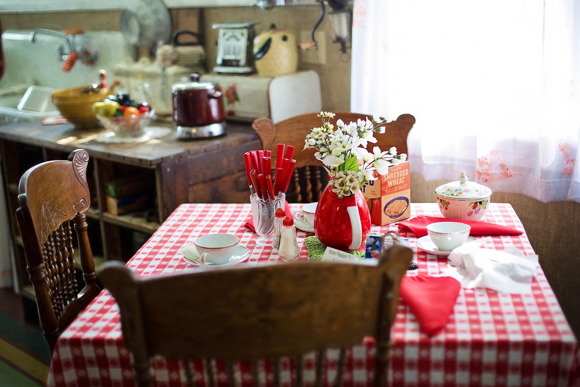 Kuchyni by ste mali venovať zvýšenú pozornosť. Nezabudnite pretriediť potraviny a skontrolovať by ste mali aj špajzu. Zbavte sa tiež zbytočností v kuchyni, ktoré aj tak nepoužívate.
